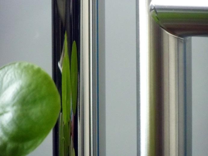 hochglanzpolierte badheizk rper aus edelstahl mit spiegelnder oberfl che. Black Bedroom Furniture Sets. Home Design Ideas