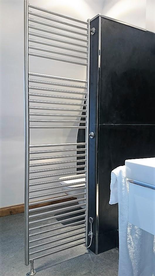 Badheizkörper als Raumteiler aus Edelstahl, von VA-Therm