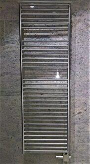Austauschheizkörper Edelstahl auf vorhandenen Bodenauslass, oben mit Handtuchstange, Kundenfoto.